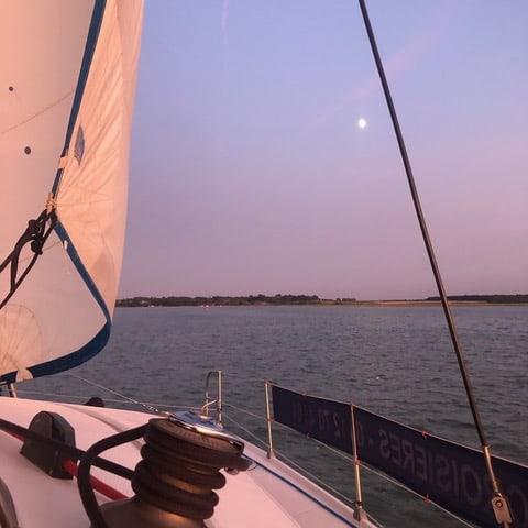 Une promenade en bateau sous le soleil couchant